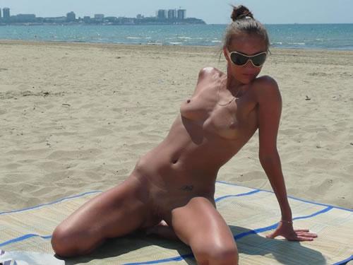 Pijilla amateur desnuda en la playa-1